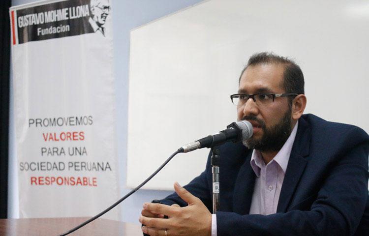 Óscar Castilla, de Ojo Público, dictó taller de Fundación Mohme en San Marcos