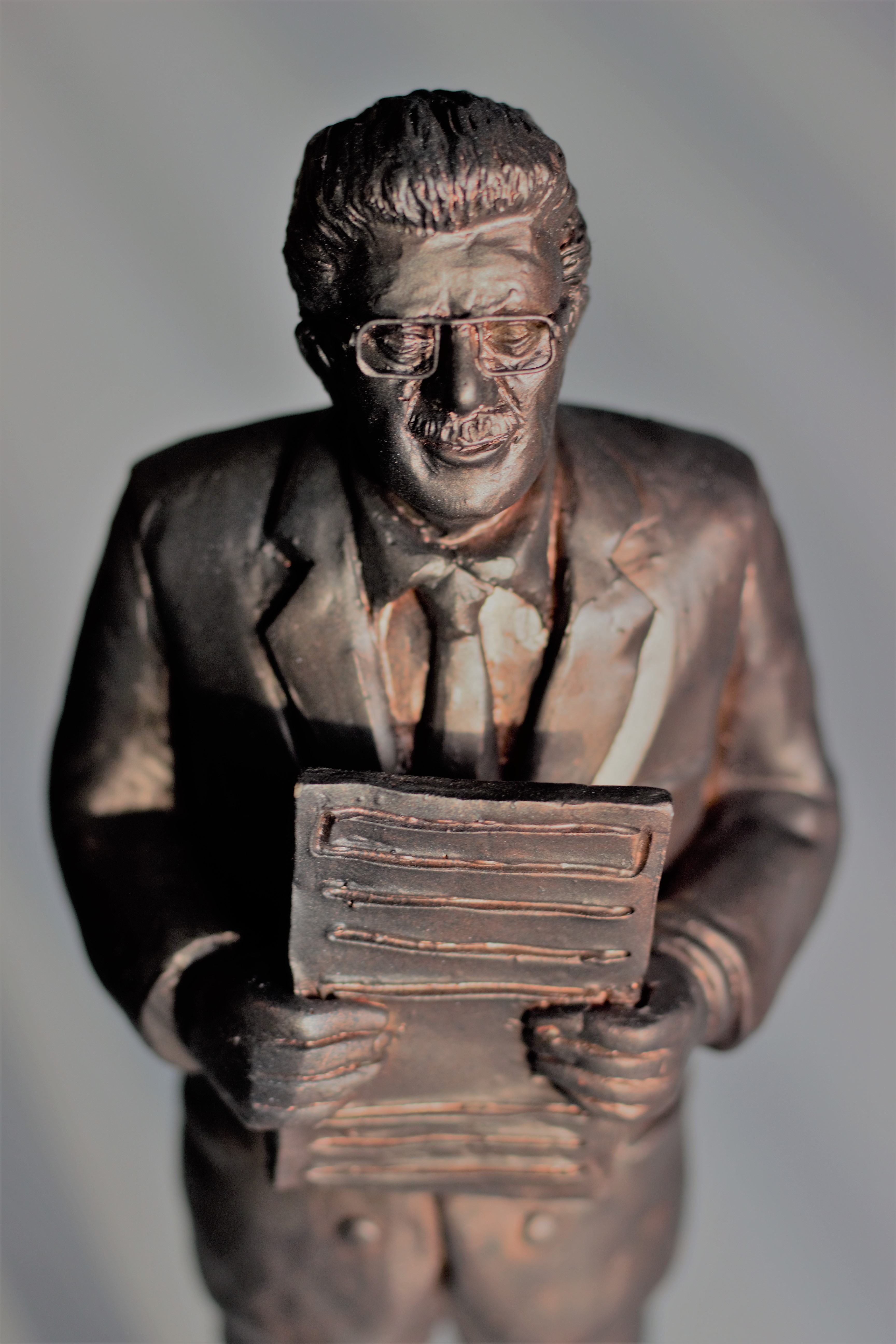 Presentamos Escultura de Premio FGMLL a la Trayectoria Periodística